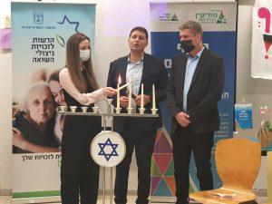 מימין טאוב ביבס וכהן בהדלקת נרות לניצולי השואה צילום דוברות העירייה